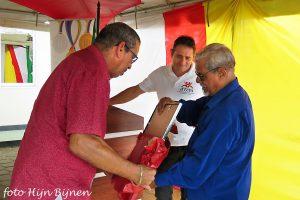 Robert Buth pakt geholpen door Theo Linscheer een cadeau uit van de Stichting d'ONS